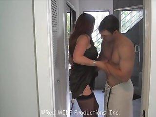 Молодой квартирант ебет зрелую хозяйку пока её муж не видит