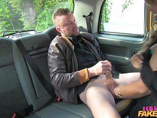Женщина таксист соблазнила клиента