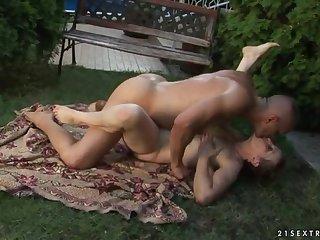Шикарный секс на свежем воздухе с сочной пожилой шлюхой