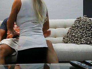 40 летняя блондинка в в белой майке хорошенько сосет член молодого пацана
