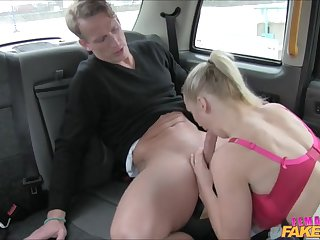 Очаровательная сисястая женщина таксист ебеться в машине со своим клиентом