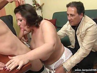 Молодой пацан трахнул зрелую сочную бабу в чулках перед её супругом