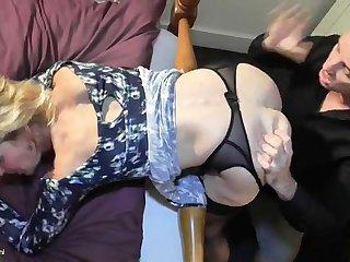 Молодой любовник лижет бритую пизду старухе в спальне