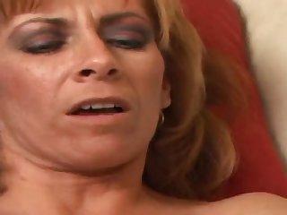 50 летняя страстная женщина затрахалась на диване в мохнатую пизду