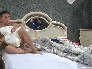 Рыжая возбужденная тетя сосет член у своего спящего квартиранта