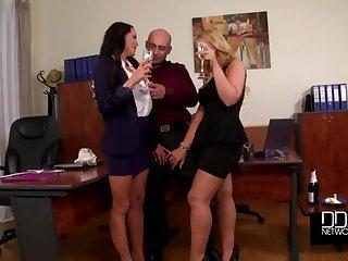 Две богатые бизнес леди отдались лысому работнику в своём кабинете
