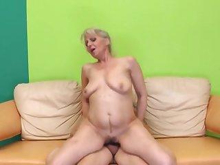 Красивое порно зрелой женщины в чулках и её молодого любовника