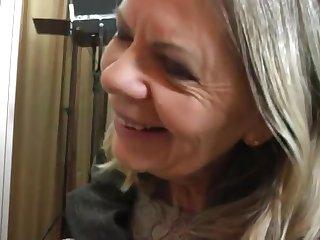 Похотливая старая хозяйка подглядывает за молодым квартирантом в ванной