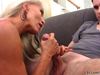 Длинноволосая 50 летняя блондинка покорно сосет член молодого клиента