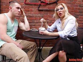 Молодой парень трахает женщину на диване после первого свидания