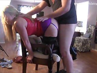 Мужик ебет свою пышную жену в чёрных чулках раком на стуле