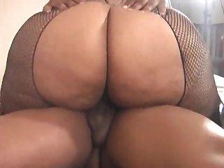 Шикарное порно в спальне с грудастой африканской проституткой