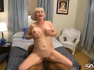Белая женщина старушка дала похотливому негру в разных позах на удобной кровати
