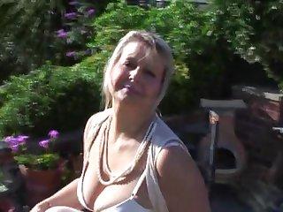 Похотливая старуха обнажила свои зрелые сиськи и мастурбирует киску