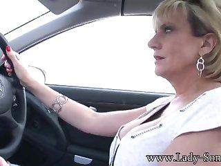 Одинокая зрелая мастурбирует в машине бритую писю игрушкой