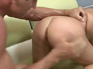 Накаченный мужик глубоко выебал в жопу на диване пышногрудую итальянку