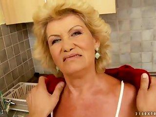 Одинокая старая хозяйка сделала королевский минет соседу на кухне