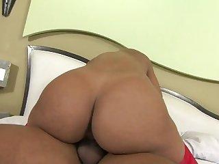 Очаровательная бразильская леди с большой жопой дает парню в уютной спальне