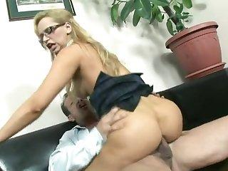 Сексуальная секретарша в кабинете соблазняет своего зрелого начальника