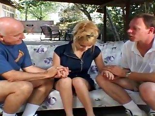 Ненасытные мужики в два ствола хорошенько имеют очаровательную смазливую блондиночку