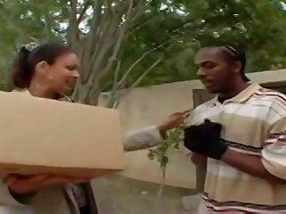 Одинокая соседская дама берет в рот член прямо на улице