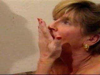 Очаровательная кудрявая жена покорно дала мужу на кухонной столешнице