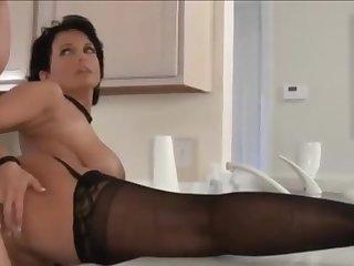 Страстая потаскушка в чёрных чулках раздвигает ноги перед мужем на кухне