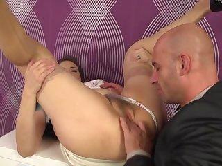 Лысый мужик в спальне отрывает мохнатую киску своей зрелой любовницы