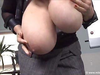 Делавая мадам показала свои большие зрелые сиськи прямо на рабочем месте