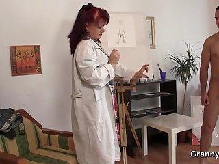 Сочная художница соблазнила своего молодого ассистента во время рисования