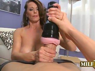 Сосущая мильфа дрочит член мужика искусственной вагиной