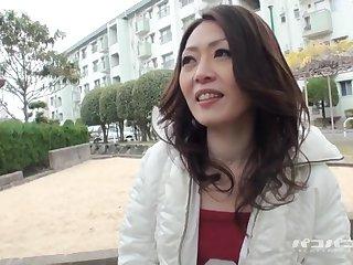 Японский пикапер снимает на улице очаровательную узкоглазую сучку