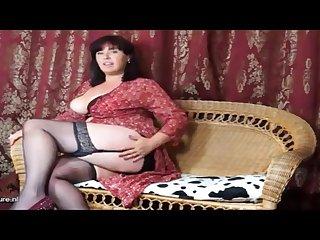 Сочная 40 летняя леди сексуально мастурбирует, раздвинув ножки в чулках