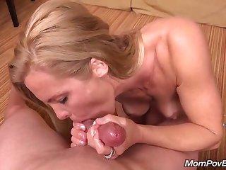Порно от первого лица со стройной обнаженной матюркой в уютной спальне