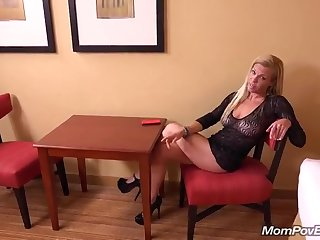 Порно через первого лица со стройной обнаженной матюркой на уютной спальне