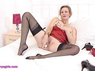 Зрелая мастурбирует сладкую пизду, раздвинув свои длинные ноги в чулках