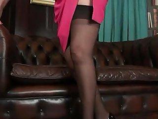Пожилая блондинка страстно мастурбирует писю на кожаном диване