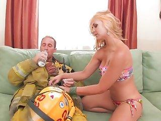 Соседский пожарник разводит на секс роскошную одинокую соседку