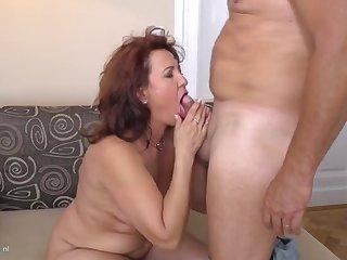 Зрелые муж и жена на кровати устроили великолепный вагинальный трах