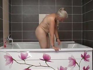 Молодой самец жарко трахает свою старую любовницу в горячей ванне
