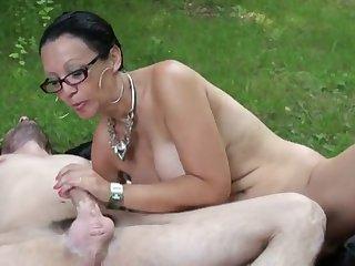 Старая грудастая проститутка отдалась молодому парню в парке на траве