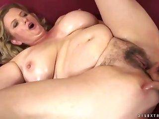 Толстая женщина вывалила свои зрелые сиськи и ублажила лысого мужика по полной