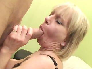 Опытная взрослая леди в чулках соблазняет в комнате молодого мачо