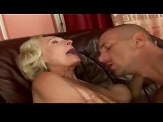 Молодой квартирант соблазняет на диване свою одинокую старую хозяйку