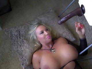 Грудастая женщина мастурбирует смотря порно