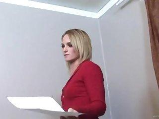 Блондинка в красной кофточке покорно сосет член у своего хозяина в кабинете