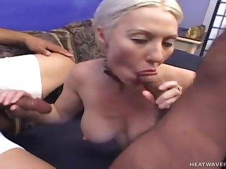 Два мужика и женщина хорошенько оторвались, трахаясь втроем в комнатушке