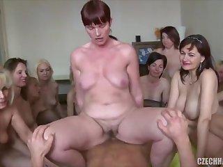 Толпа женщин сосет и трахается на члене чешского пацана