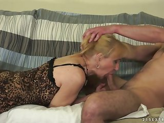 Старая рыжая соседка занимается сексом на диванчике с молодым ненасытным самцом