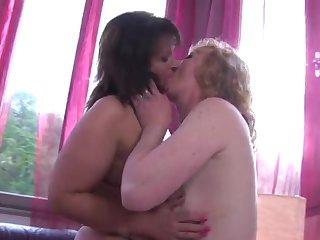 Пожилые женщины лесбиянки на диване ублажают друг дружку
